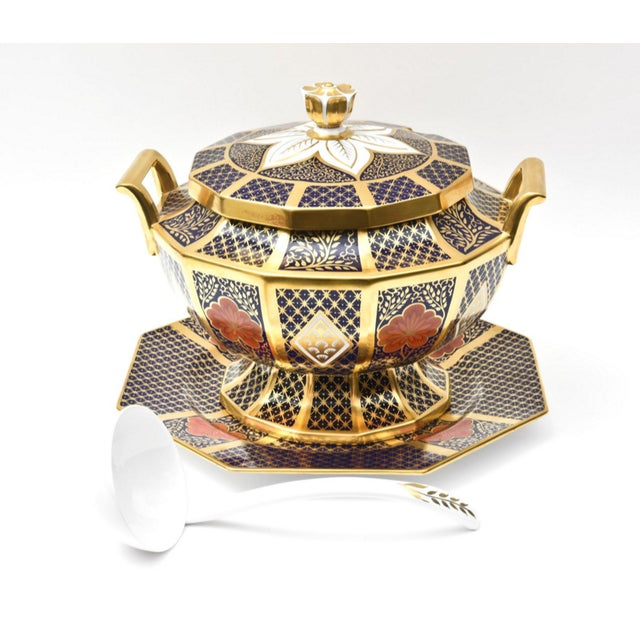 An impressively sized serving piece that will double as a centrepiece. Fine and strong English bone china with nice detail...