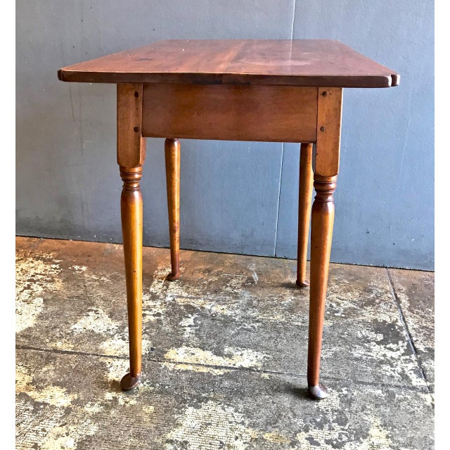 18th C. American Queen Anne Tiger Maple Queen Anne Tavern or Side Table For Sale In Los Angeles - Image 6 of 10