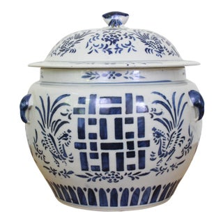 Vintage Blue and White Crab Finial Lidded Ginger Jar For Sale