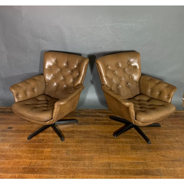 Mid-Century Modern Pair Scandinavian Deep-Buttoned Leather Swivel Chairs, 1970s For Sale - Image 3 of 11