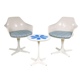 Set Burke Tulip Style Swivel Chairs & Side Table W/ Mod Flower Petal Design Blue & White For Sale