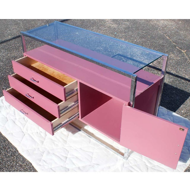 1970s Mid-Century Modern Chrome and Pink Lacquer Bar Cabinet For Sale - Image 4 of 7
