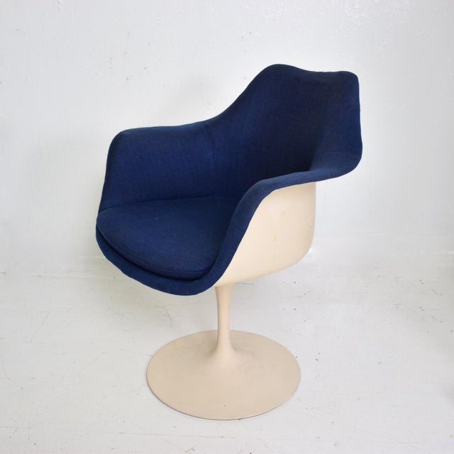 For your consideration, a Tulip Chair by Eero Saarinen, Made by Knoll, 1956, United States. Mid Century Modern period....