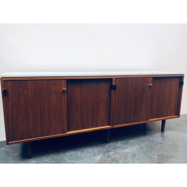 1960s 1960s Mid-Century Modern Florence Knoll Calcutta Marble Top Walnut Credenza Set- 2 Pieces For Sale - Image 5 of 13