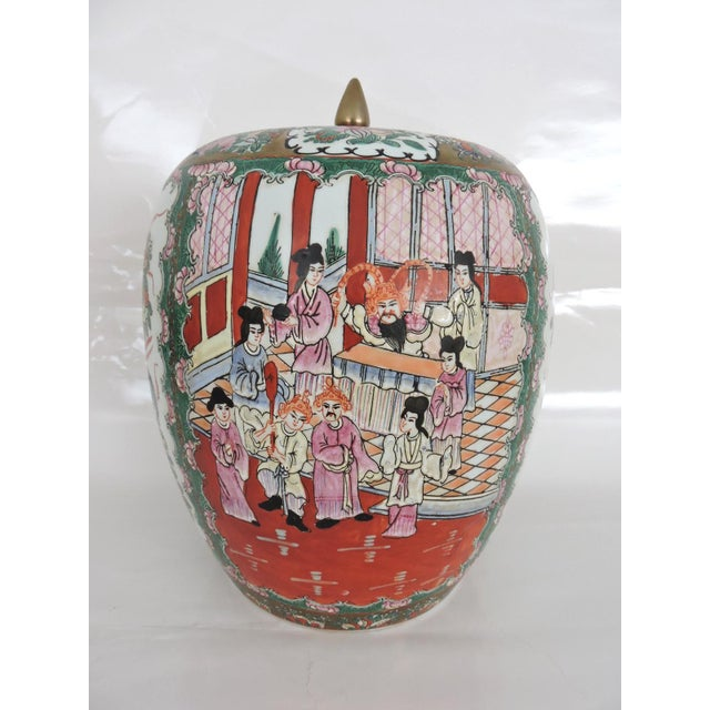Early 20th Century Antique 'Chinese Opera' Rose Mandarin Lidded Porcelain Ginger Jar With Gilt Finial For Sale - Image 5 of 11