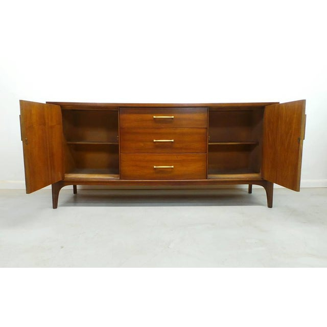 Attractive mid century modern long low Kent Coffey Perspecta credenza. This very architectural designer piece has Rosewood...