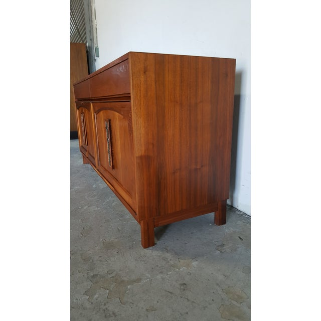 1960s Mid Century Modern John Keal for Brown Saltman Walnut Credenza For Sale In San Francisco - Image 6 of 13
