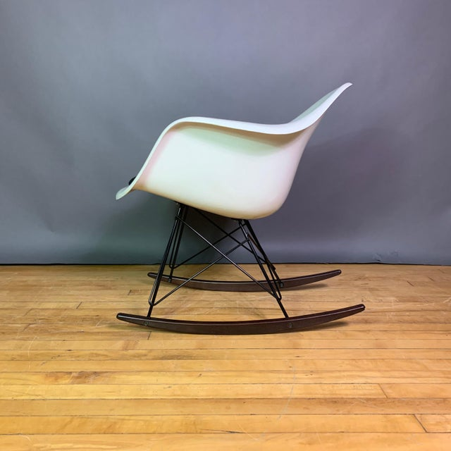 "Mid-Century Modern Charles & Ray Eames ""Rar"" Rocker, Herman Miller For Sale - Image 3 of 11"