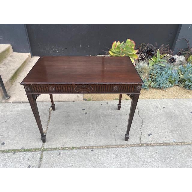 Fine English/Irish mahogany tea table. Made in the late 19th century.