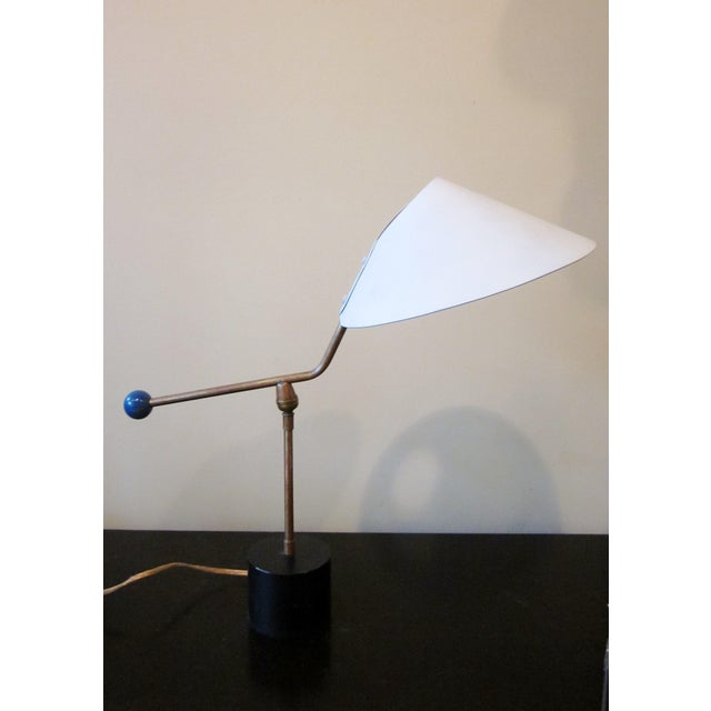 This is a vintage 1950s French metal table lamp in a very unique modernist counterweight design, with an iconic atomic era...