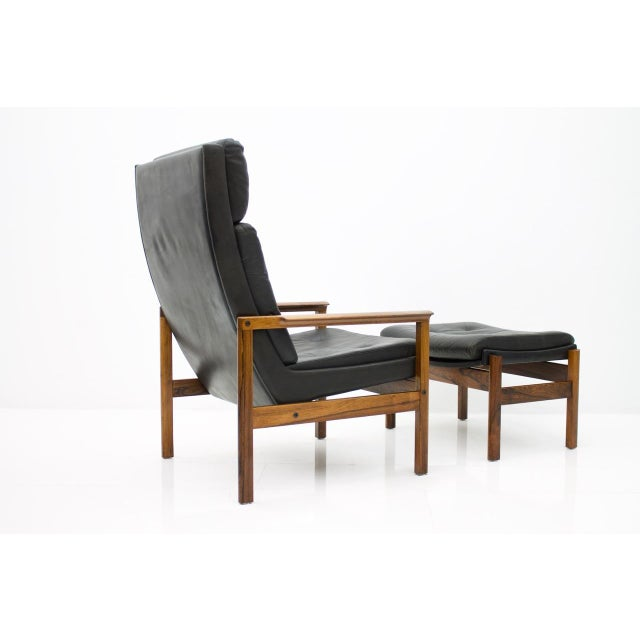 Mid-Century Modern Scandinavian Lounge Chair With Stool in Rosewood and Black Leather, 1960s For Sale - Image 3 of 9