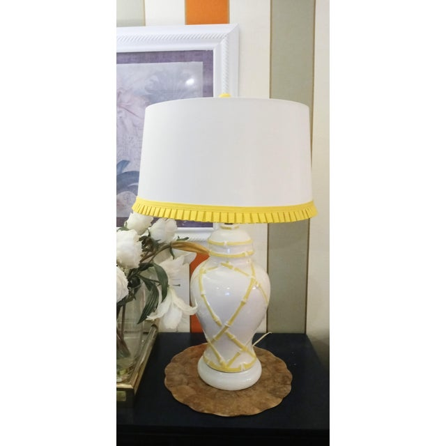Traditional Vintage Faux Bamboo Palm Beach Regency Yellow and White Ginger Jar Pleated Trimmed Shade Table Lamp For Sale - Image 3 of 10