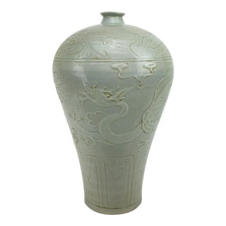 17th Century Chinese Ming Dynasty Blanc De Chine Mei Ping With Dragon Motif For Sale