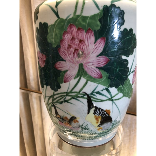 Hollywood Regency Antique Chinese Chinoiserie Ginger Jar Vase Lamp With Lucite Base For Sale - Image 4 of 13