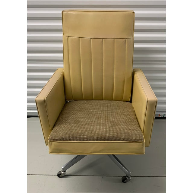 Absolutely gorgeous mid century Steelcase swivel tilt desk chair. This is a very unique, rare style in a substantial size....