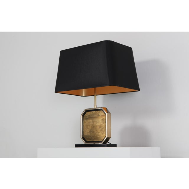 Hollywood Regency Hollywood Regency Table Lamp in 24-Karat Gold and Brass Etched Artwork by Maho For Sale - Image 3 of 10