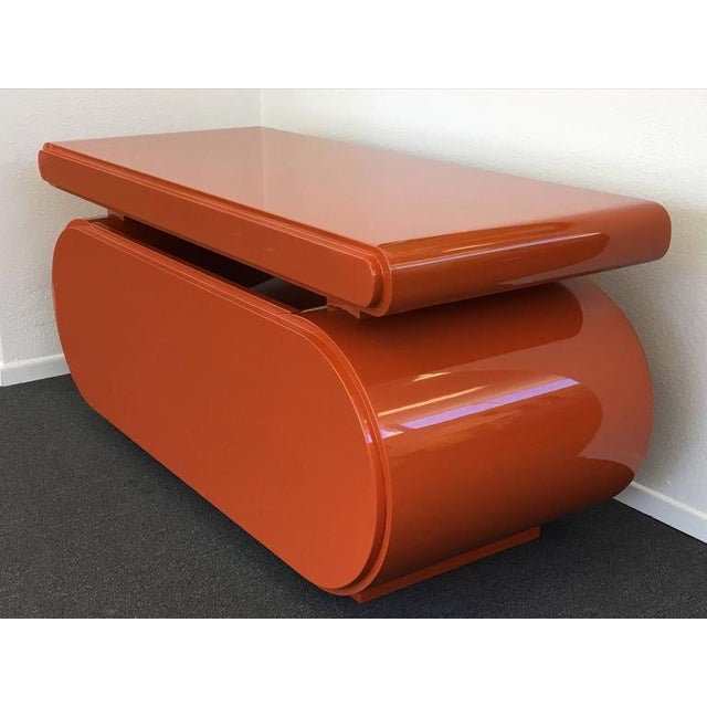 Mid-Century Modern High Gloss Lacquered Scuptural Desk from the 1960s For Sale - Image 3 of 9