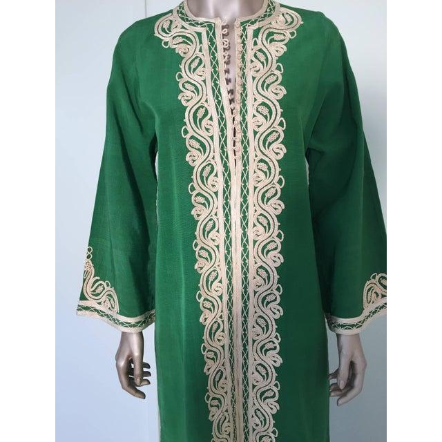 Islamic Moroccan Caftan Emerald Green Silk Kaftan Size S to M For Sale - Image 3 of 10