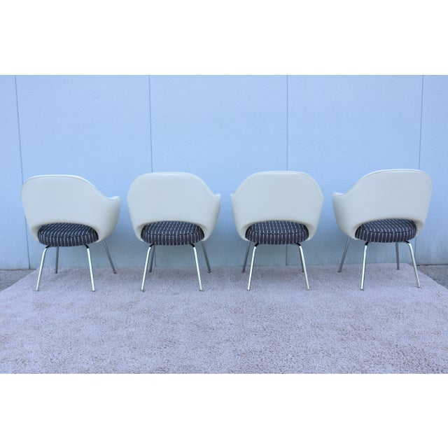 Mid-Century Modern Eero Saarinen for Knoll White Executive Arm Chairs - Set of 4 For Sale In New York - Image 6 of 13
