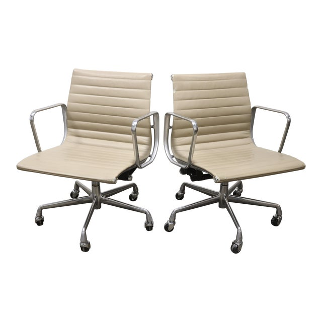 1990s Vintage Herman Miller Eames Aluminum Group Management Chairs- A Pair For Sale