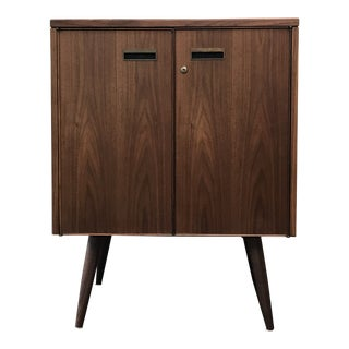 1980s Mid-Century Modern Stow & Davis Walnut Beverage Cabinet For Sale