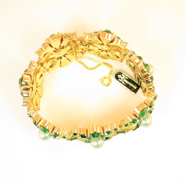 Green Crown Trifari Alfred Philippe Gilded Rhodium Bracelet EmErald Crystals 1950s For Sale - Image 8 of 13