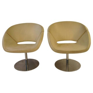 Pair of Italian 1990s White Leather Swivel Chairs on Chrome Bases For Sale