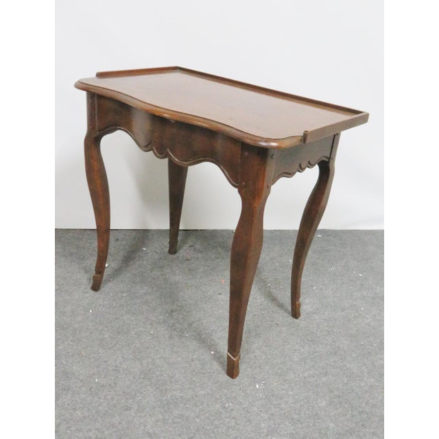 Louis XV style walnut side table nightstand made by Baker. Exposed pins design on leg joints, scalloped cabriole legs