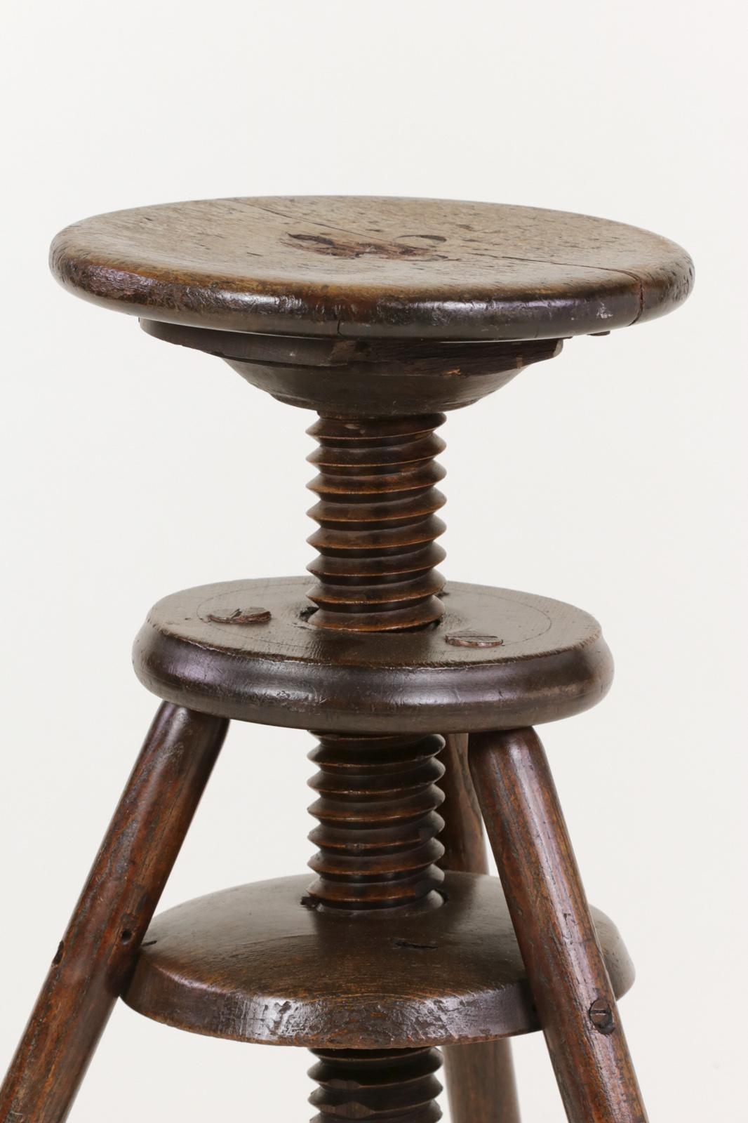 Merveilleux 1870s English Oak Three Legged Adjustable Artist Stool For Sale   Image 9  Of 12