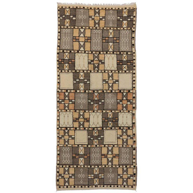 Textile Jebel Siroua Moroccan Rug in Soft Neutral Colors in Mid-Century Modern Style For Sale - Image 7 of 7