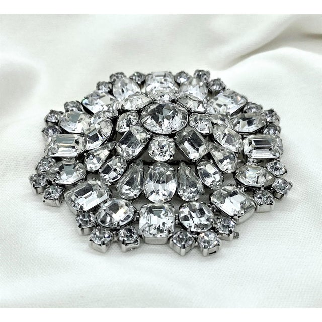 Regency 1950s Rhodium-Plated Faceted Glass Stone Brooch For Sale - Image 3 of 10