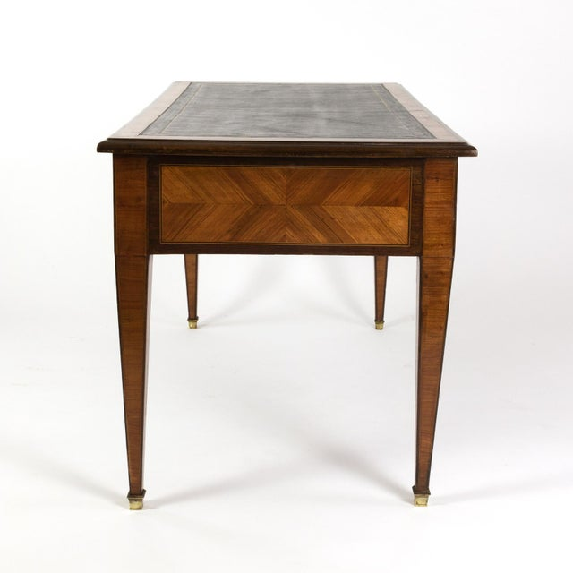 French 1870s French Tulipwood and Kingwood Bureau Plat With Embossed Black Leather Top For Sale - Image 3 of 13