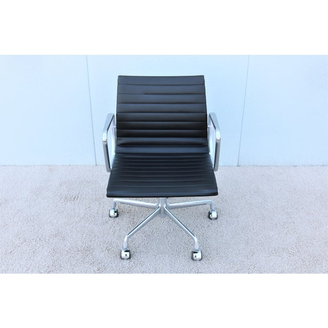 Mid-Century Modern Mid-Century Modern Herman Miller Eames Aluminum Group Black Management Chair For Sale - Image 3 of 13