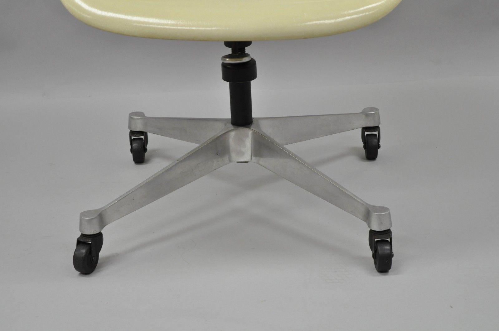 Herman Miller Vintage Herman Miller Eames Fiberglass Shell Pearl Beige  Rolling Desk Office Chair For Sale