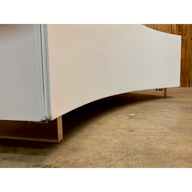 Off-white Mid-Century Modern Milo Baughman Floating Curved Sofa End Table For Sale - Image 8 of 10
