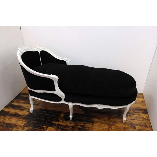 Wood Antique French Hollywood Regency Style Carved Beechwood Chaise Lounge For Sale - Image 7 of 11