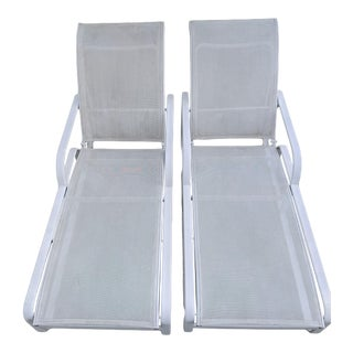 1980s Vintage Brown Jordan Quantum Collection White Chaise Lounge Chairs- a Pair For Sale