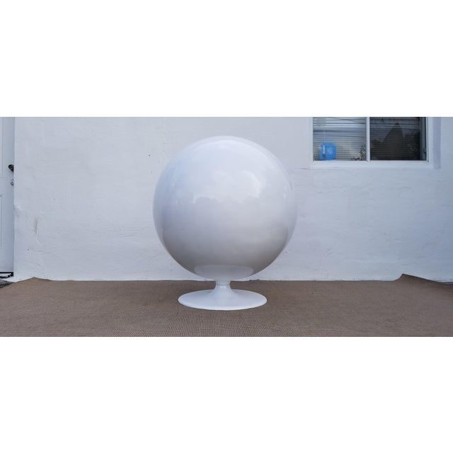 """Textile 1970s Vintage Eero Aarnio Style Fiberglass """"Ball"""" Chair For Sale - Image 7 of 11"""