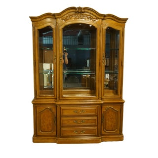 """Thomasville Furniture French Court Collection 60"""" Illuminated Display China Cabinet 17821-425 For Sale"""