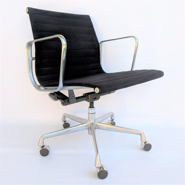 Herman Miller Aluminum Group Management Chair, designed by Charles and Ray Eames. A truly iconic design, upholstered in...