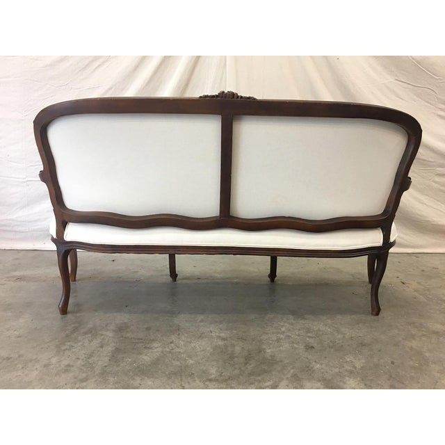 1900's French Louis XV Style Settee With Linen Upholstery For Sale - Image 4 of 13
