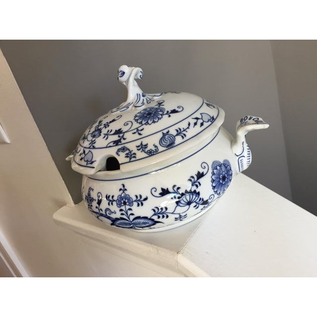 Original Bohemia D Zwiebelmuster blue onion porcelain round covered tureen. This is a beautiful hard to find piece in...