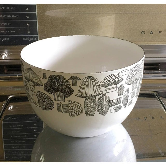 This is a fantastic Mid Century Modern serving bowl. Large, great for big green salads. Made by Arabia of Finland by Kaj...