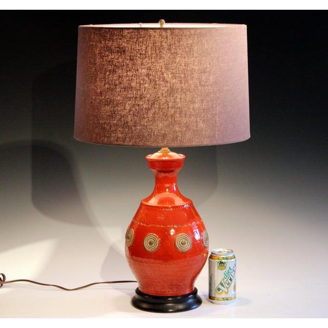 Italian Rimini Raymor Mid-Century Modern Pottery Zaccagnini Red Orange Lamp For Sale - Image 10 of 11