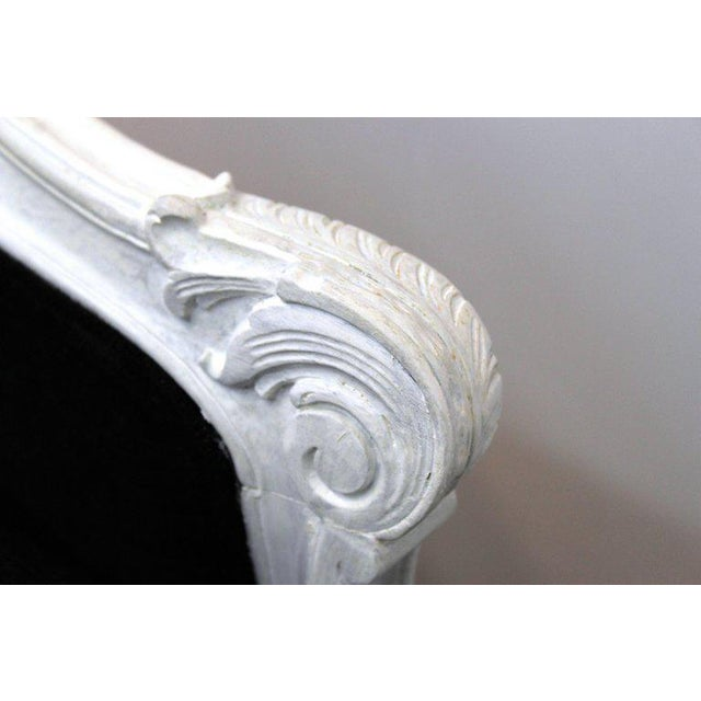 White 1940s Hollywood Regency Carved Beechwood Chaise For Sale - Image 8 of 11