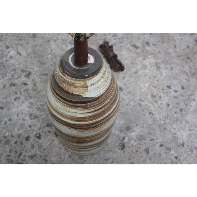 1960s 1960s Martz for Marshall Studios Earth Tone Swirl Ceramic Lamp For Sale - Image 5 of 7