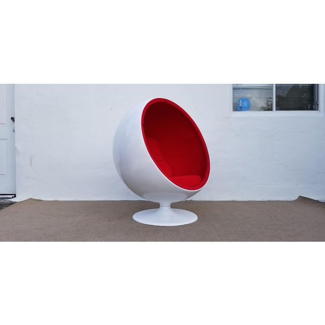 "1970s Vintage Eero Aarnio Style Fiberglass ""Ball"" Chair For Sale - Image 11 of 11"