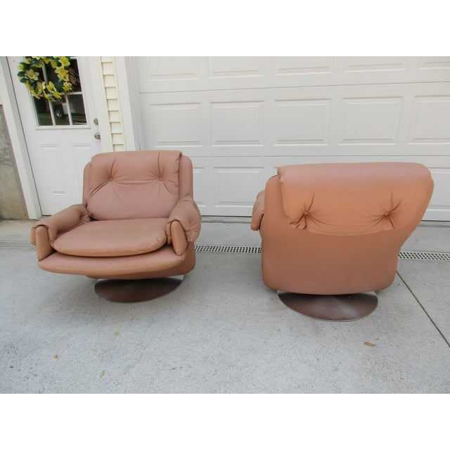 Milo Baughman Mid-Century Modern Swivel Lounge Chairs on Unique Cantilever Base -A Pair For Sale - Image 4 of 13