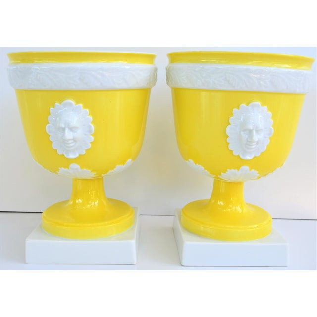 Mottahedeh 1970s Vintage Mottahedeh Lemon & White Neoclassical Pedestal Cachepots - a Pair For Sale - Image 4 of 13