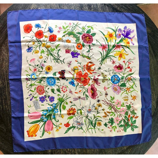 """Traditional 1970s Gucci """"Flora"""" Scarf With Blue Border For Sale - Image 3 of 13"""